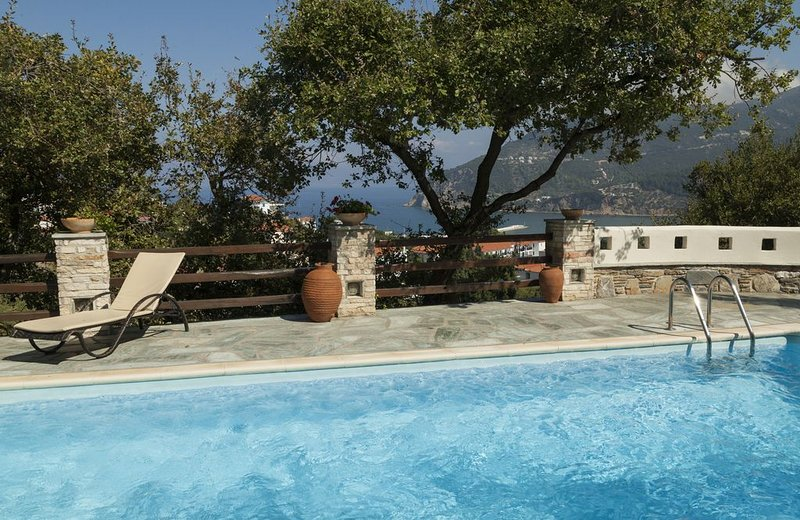 Luxury Villa Near Village Centre In Green Land/Trees/Amazing Open Sea w/ Port Vi, aluguéis de temporada em Sporades