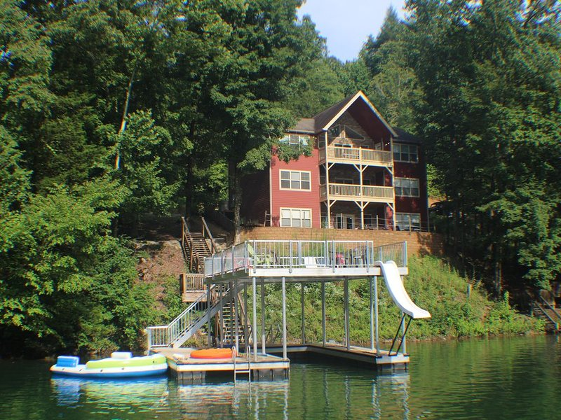 Huge Dual Kitchen w/ Large Open Dining/Family Rooms, Billiards, Hot Tub, Dock..., vacation rental in La Follette