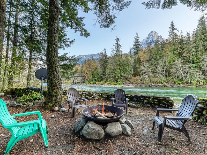 Dog-friendly cottage w/ private hot tub & mountain views!, vacation rental in Gold Bar