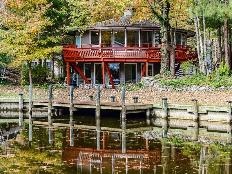 Unique waterfront home w/ shared pools, a furnished deck, & a full kitchen, holiday rental in Ocean Pines