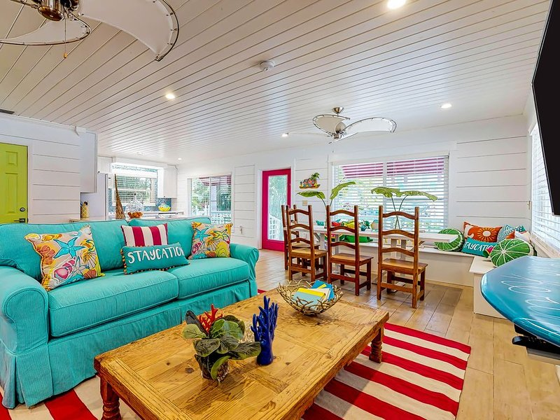 Vibrant Beach House – Heated Private Pool and Steps to the Beach, holiday rental in Anna Maria