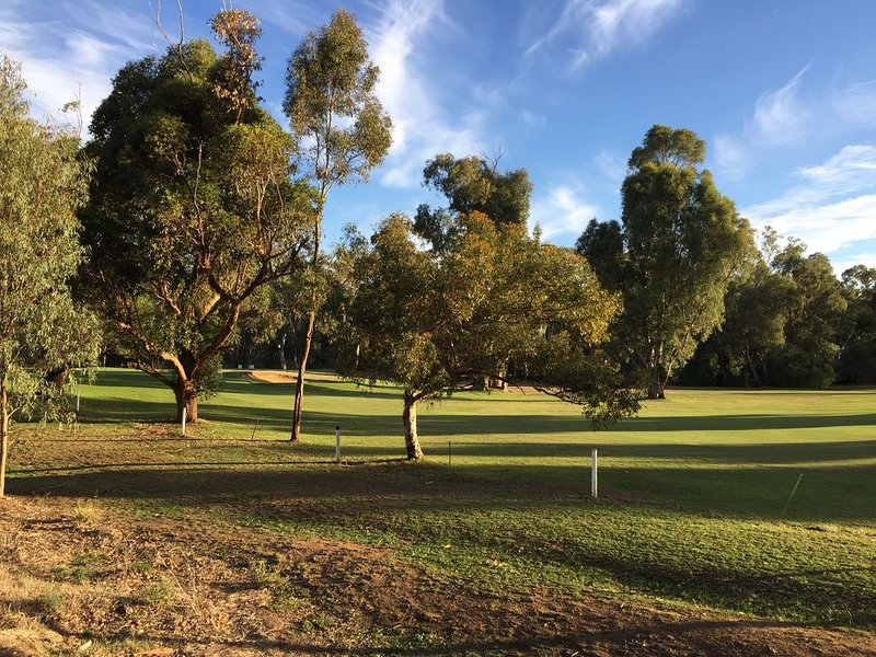 Self Contained Accommodation with Golf Course Views, holiday rental in Finley