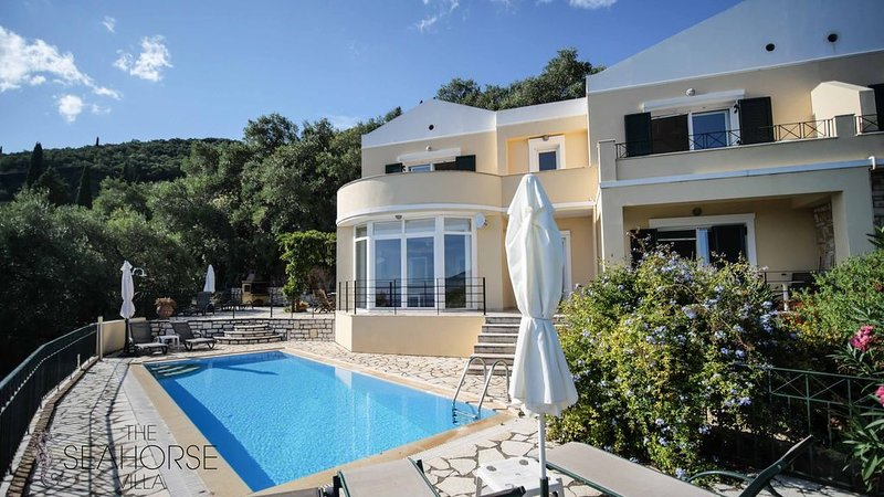 Amazing pool house with a stunning view over Agni Bay, location de vacances à Kalami