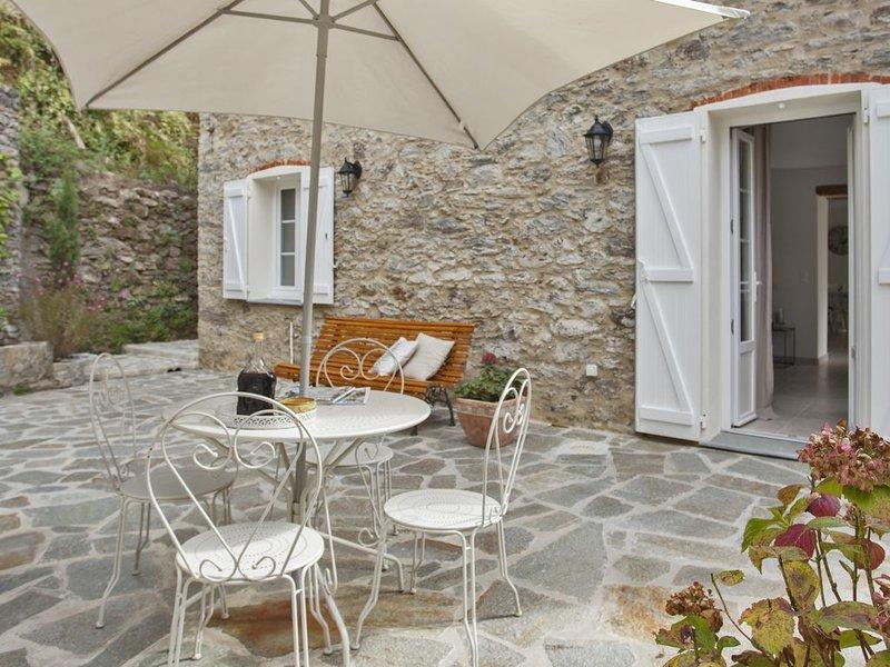 Magnifique demeure en pierres sèches,entièrement  rénovée,sur 2 étages, piscine., holiday rental in Canale-di-Verde