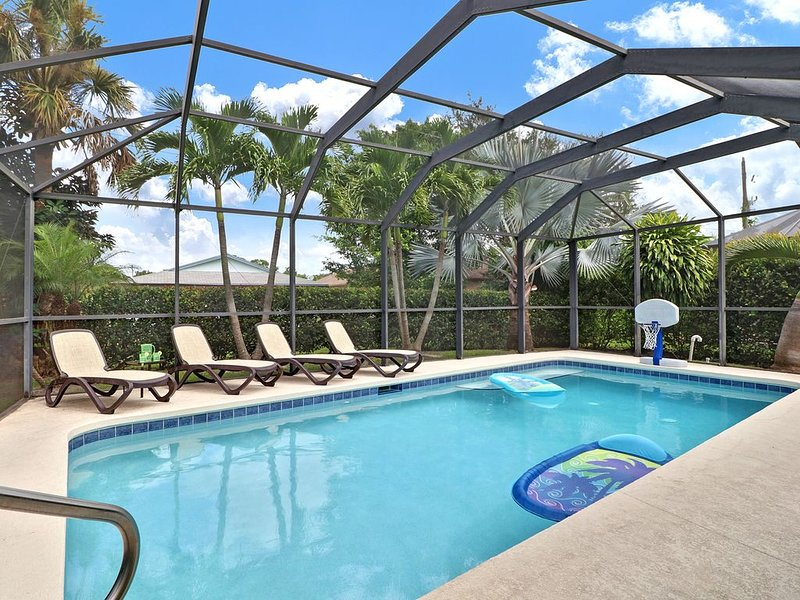 4 Bedroom, 2 Bath Home with Secluded Private Pool - Bike or Walk to the Beach!, holiday rental in North Naples