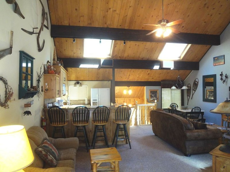 LUXURY TOWNHOME NEXT TO SNOW SUMMIT MOUNTAIN RESORT - CLOSEST TO THE SKI LIFTS, alquiler de vacaciones en Big Bear Lake