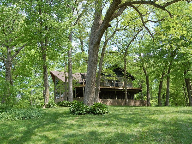 Beautiful, secluded, lakefront home on Lake Delhi, vacation rental in Central City