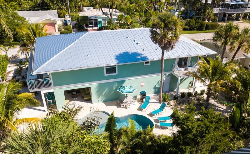 New 2019 - 90sec. to beach - all day sun - big pool - quite - clean - safe - fun, holiday rental in Holmes Beach