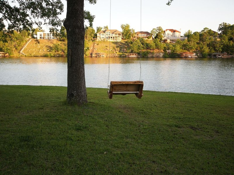 Recently remodeled, clean, and cozy hot springs lake front house, holiday rental in Pearcy