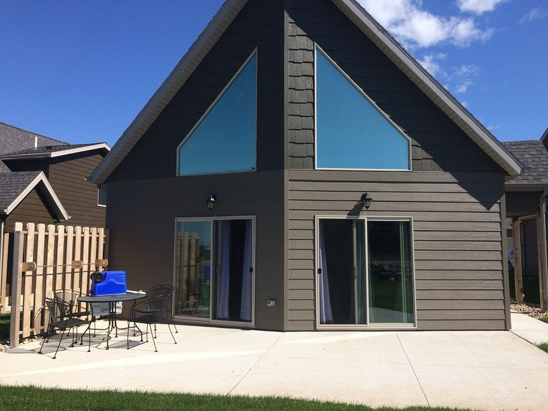 Poolside Cabin 178 at Bridges Bay Resort on East Okoboji Lake, vacation rental in Iowa