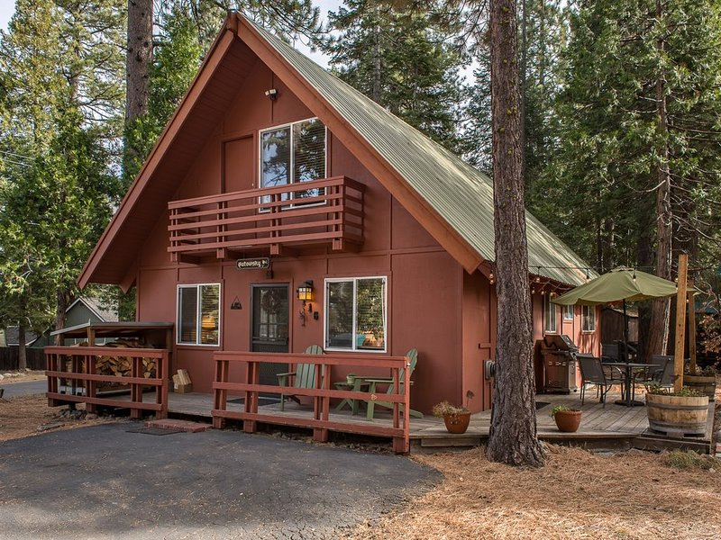 Charming Pet Friendly Chalet/Great Location/Walk To The Lake, vacation rental in Tahoma