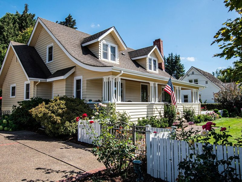 Charming Two-story 1940s 4-Bdroom home,  10-15 min. from University of Oregon, holiday rental in Eugene