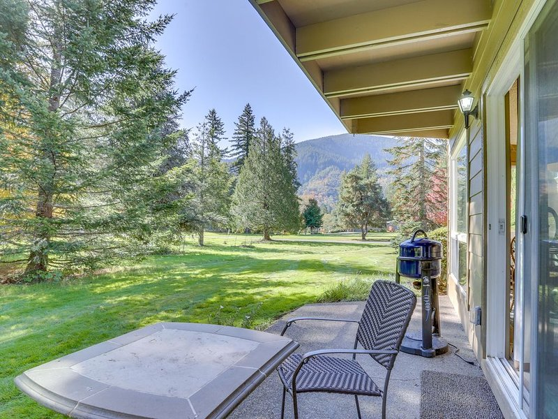 Welcoming, dog-friendly condo w/ golf course views, fireplace, & patio, holiday rental in Welches