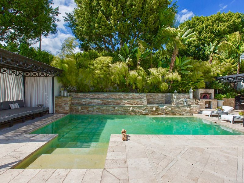 Family Vacation Dream: Privately Gated Maison / Tennis Court  A Walk to Rodeo Dr, holiday rental in Beverly Hills