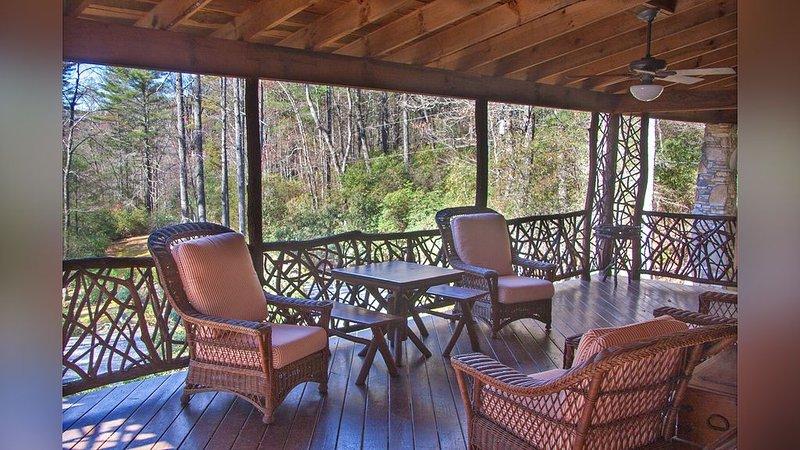 Le confortable porche enveloppant est un lieu de rassemblement populaire tout au long de l'année.