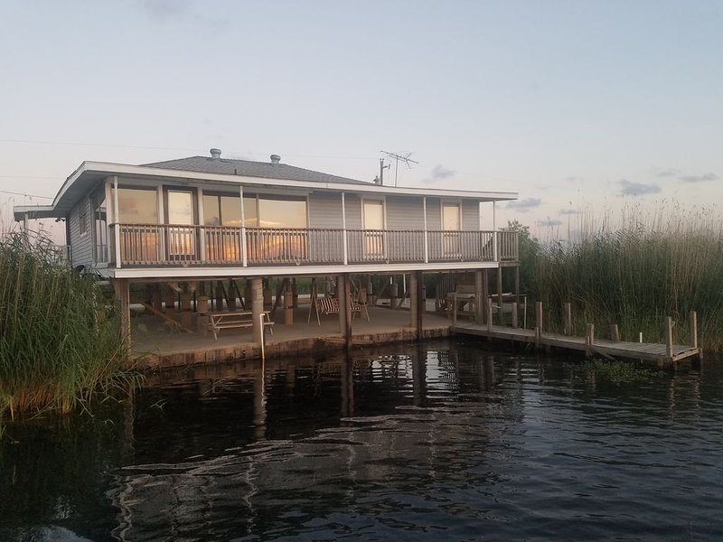 **Beautiful Waterfront Home in the Heart of a Wildlife Refuge**, location de vacances à Lacombe