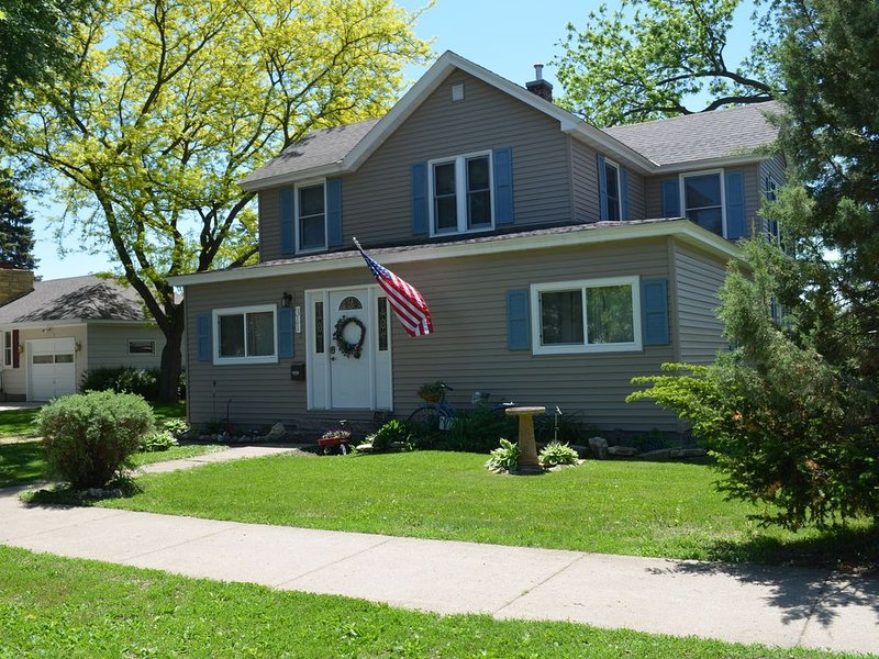 Cozy, Vintage Home, Quiet Neighborhood, Walk Or Bike To Lake City's Attractions, holiday rental in Lake City