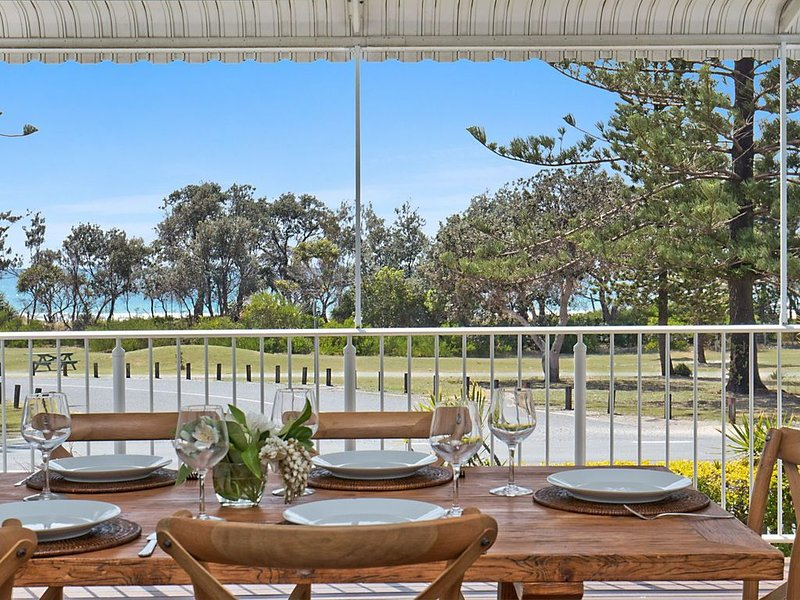 OCEANFRONT BEACH HOUSE ON MARINE PARADE, location de vacances à Kingscliff