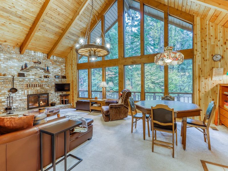 Large cabin with high-speed WiFi and outdoor dining area - near Yakima River!, casa vacanza a Easton