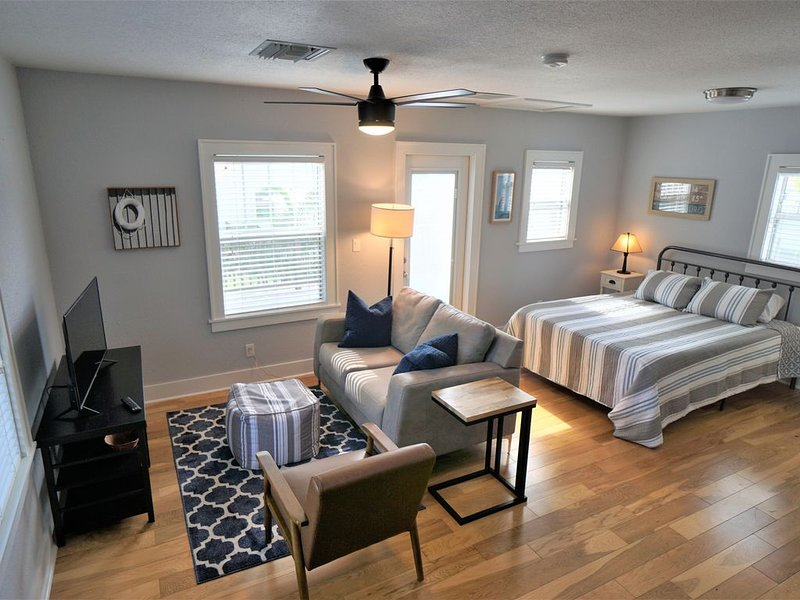 New - Quiet Studio Loft Close to Downtown St Pete, holiday rental in St. Petersburg