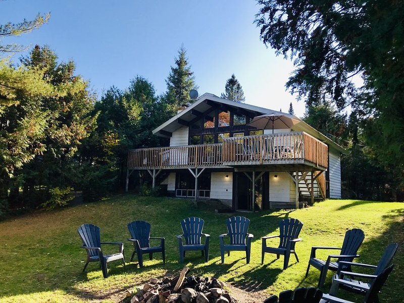 Cape Cod 5 Bedroom Lakefront Cottage / Chalet Cape Cod Bord-du-Lac 5Ch à Coucher, holiday rental in Val-des-Lacs