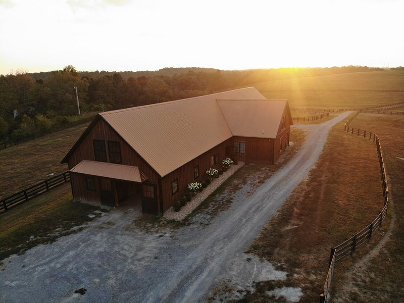Beautiful Loft Apartment in Quaint Yearling Barn for an Authentic Bluegrass Stay, holiday rental in Harrodsburg