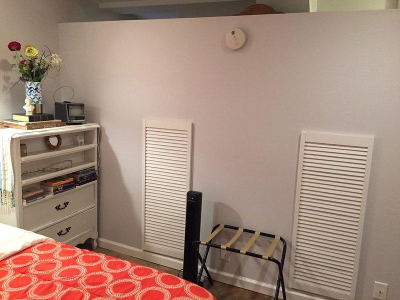 O quarto inclui porta-bagagens e ventilador