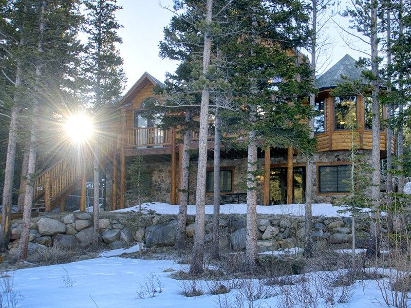 Lake Front Log Home, Amazing Mountain Views, Private Fishing, Close to Skiing, location de vacances à Dumont