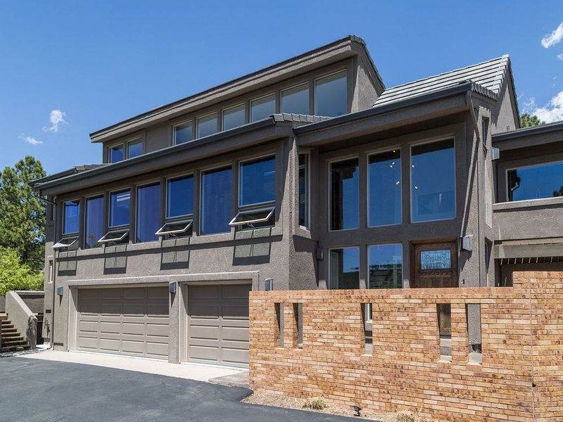 Close To Everything, Private, With Unparalleled Views Of Pikes Peak!!!, vacation rental in Colorado Springs