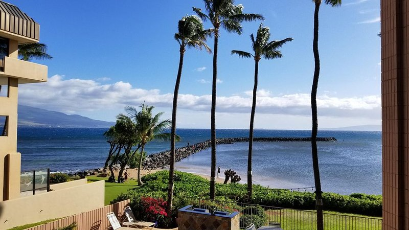Our Little Slice of Oceanfront Paradise! Great low prices for the holidays!, Ferienwohnung in Wailuku