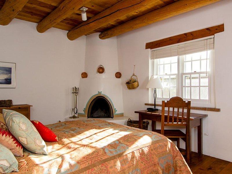 One Bedroom, Two Bath, Adobe Home, Kiva Fireplaces. Walk Downtown!, alquiler de vacaciones en Sierra County