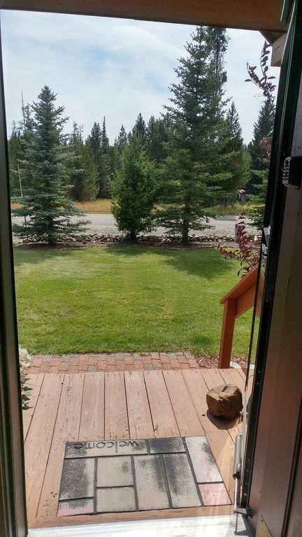 vue en regardant par la porte d'entrée.