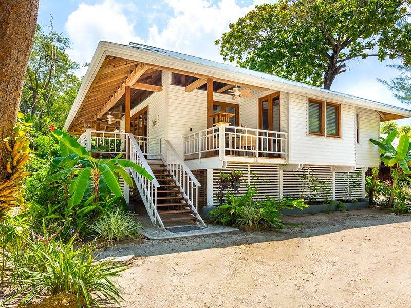 Little beach house by the Sea - Roatan Island!, casa vacanza a Dixon Cove