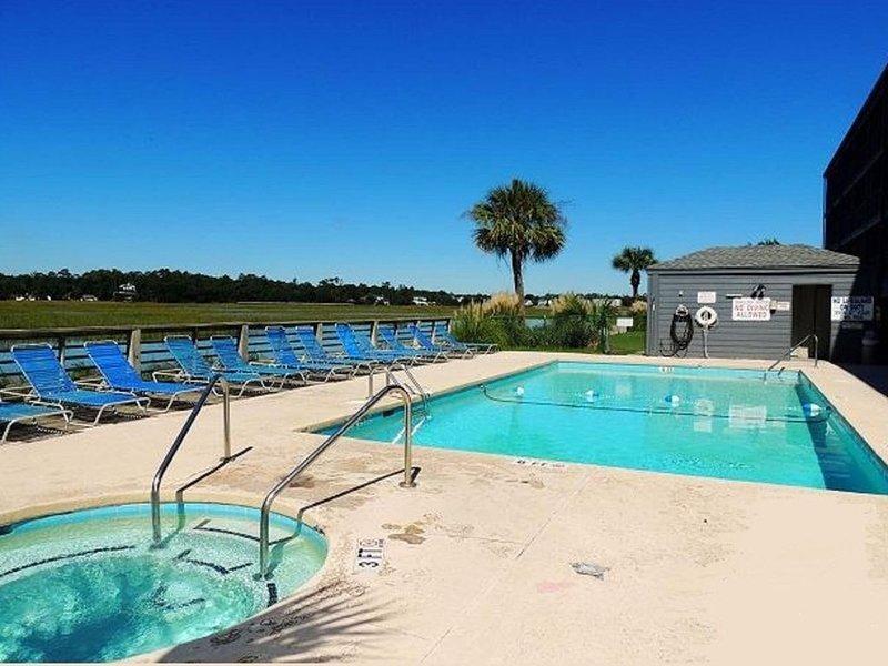 Bella Vista: Marshfront Condo 1 Block To The Beach. Pool & Hot Tub-1st Floor, location de vacances à Garden City Beach