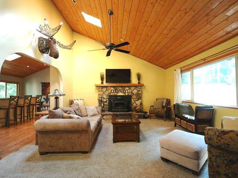 Wicker Moose Manor - An Easily Accessible Spacious Mountain Home!, holiday rental in Pollock Pines