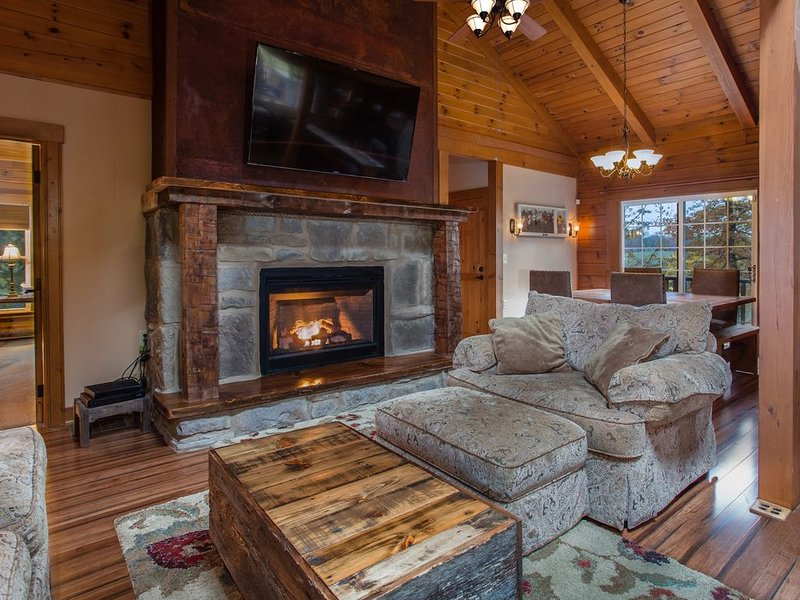 Timber Ridge Luxury Log Cabin, HotTub, Fireplace, Free WI-FI, Firepit Sleeps 14., holiday rental in Mount Vernon