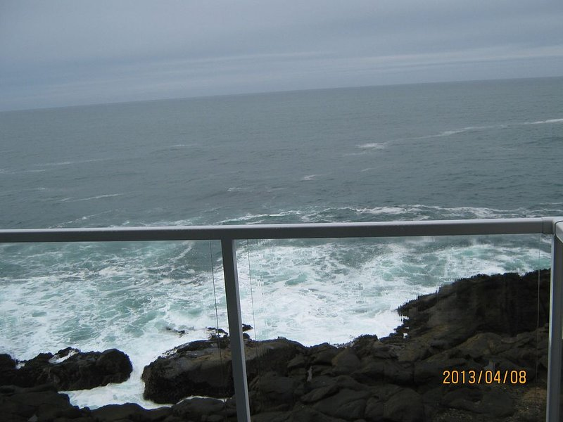 Deluxe Oceanfront Penthouse - #49 - Whales -  Pool - Hot Tub - WiFi, vacation rental in Depoe Bay