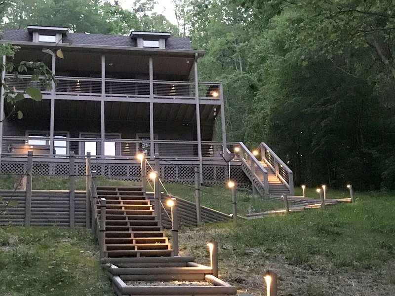 Hiwassee Haven...All Amenities...(Covered Dock, Firepit, Pedal Boat, Hot Tub.., holiday rental in Caryville