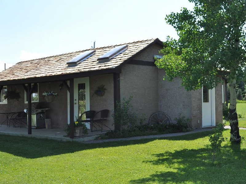 Three Bedroom Country Cottage Sleeps Six, vacation rental in Cardston