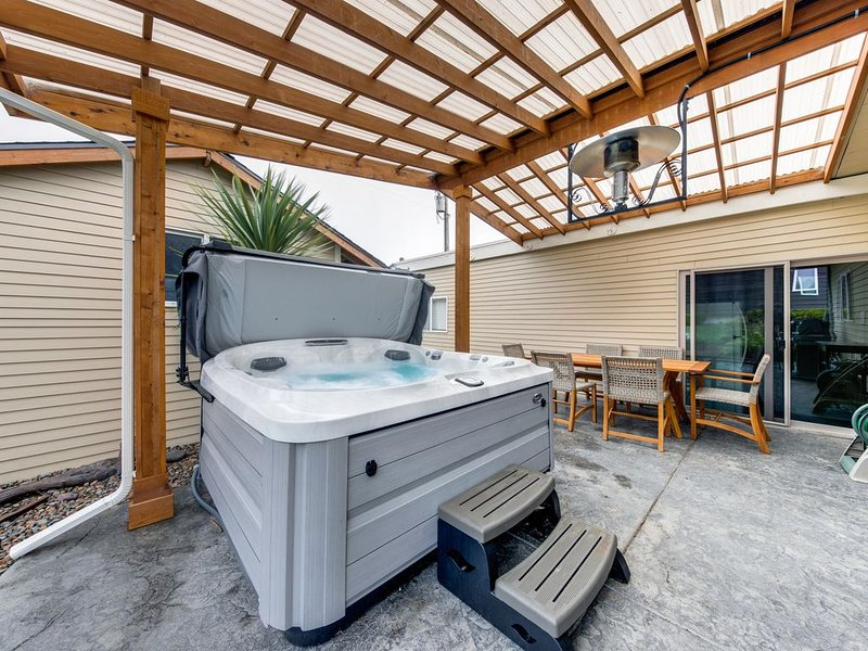 Dog-friendly home near the beach w/ private hot tub, patio & grill!, vacation rental in Neotsu