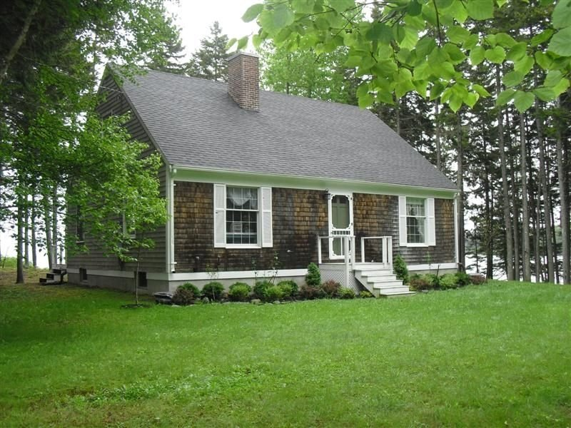 Charming Waterfront Cottage Just Steps from East Penobscot Bay, vacation rental in Brooksville