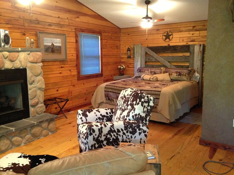A Luxury King Suite Cabin in the Ozarks, vacation rental in Steelville