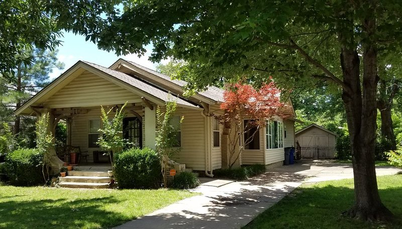 Comfortable Midtown Tulsa Home, Quiet Street Near Utica Square & Fairgrounds, holiday rental in Sand Springs