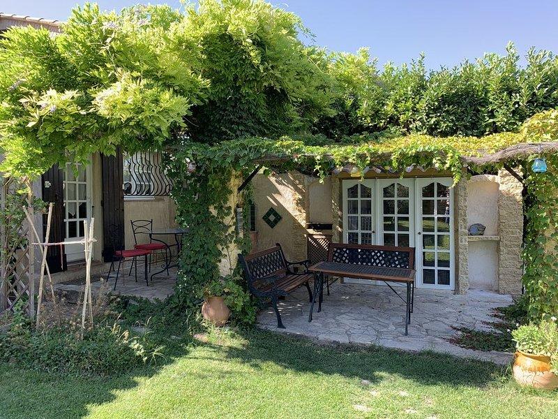 Coquet appartement duplex dans villa, avec terrasses et accès jardin, vacation rental in St Chamas