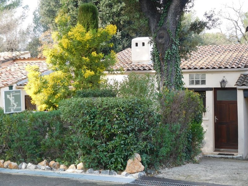 Adorable maison provençale dans domaine de standing sécurisé avec piscine, location de vacances à Grasse