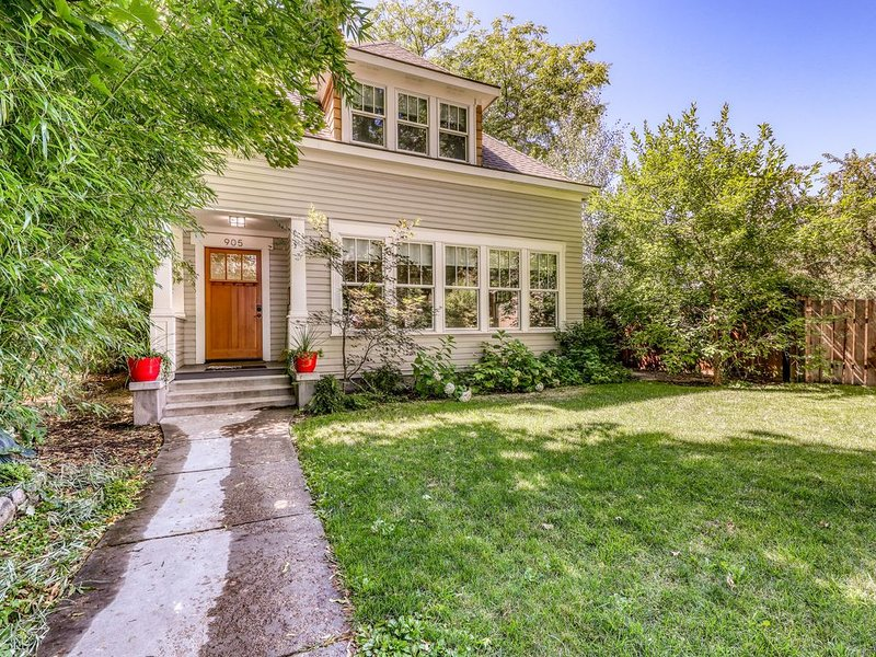Spectacular renovated home w/ huge deck & four masters - perfect for reunions, alquiler de vacaciones en Boise