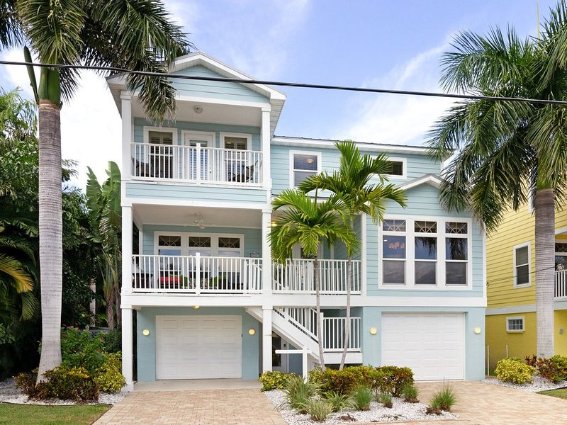 HUGE PRIVATE HEATED POOL,  CLOSE to BEACH, ELEVATOR, Coastal Chic & Super Clean!, vacation rental in Holmes Beach