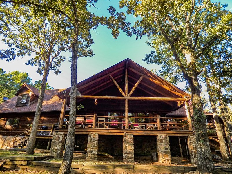 Greers Ferry Lakefront Lodge on 5.5 Acres w/ a Kayak!, holiday rental in Shirley