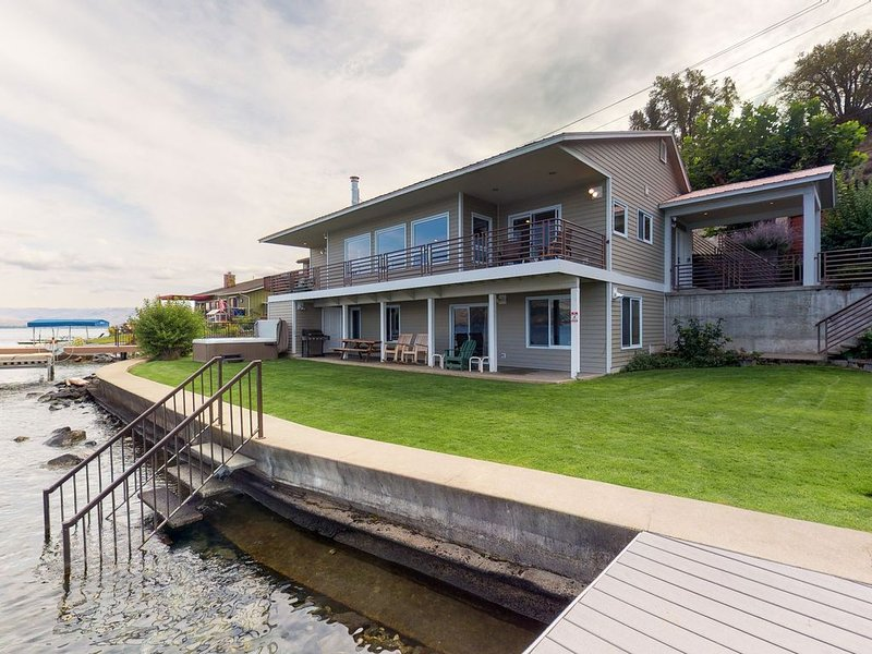 Gorgeous home w/ 92ft of private waterfront, swim deck, valuted ceilings & more!, holiday rental in Entiat