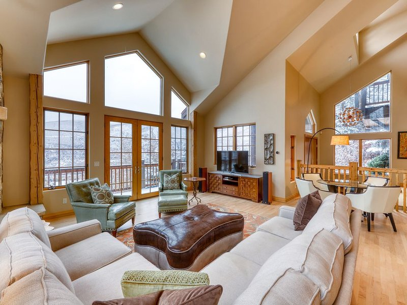 Family friendly home w/ a furnished deck, gas fireplace, on-site golf, holiday rental in Vail